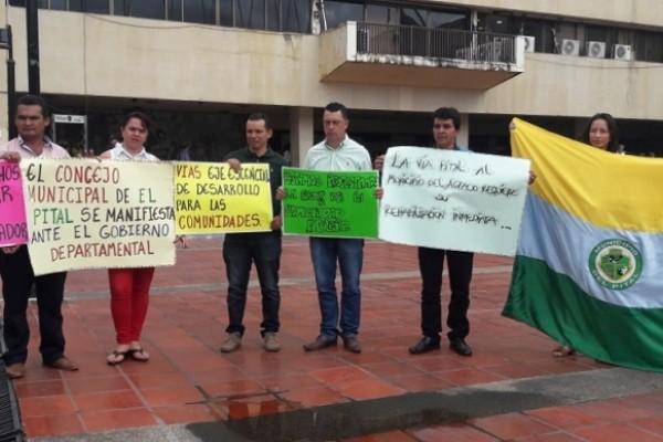 Concejales del Pital realizaron plantón por incumplimiento del Gobernador.