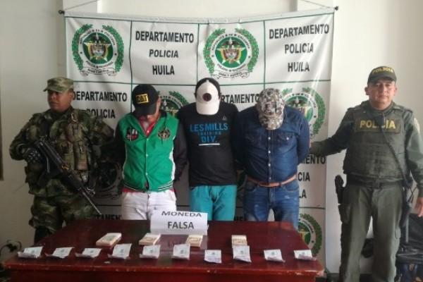 Tres sujetos fueron capturados con dólares y pesos colombianos falsos