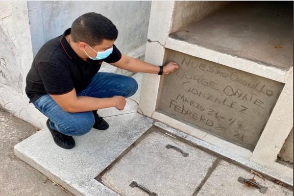 Tildan de muy sencilla la tumba de Jorge Oñate