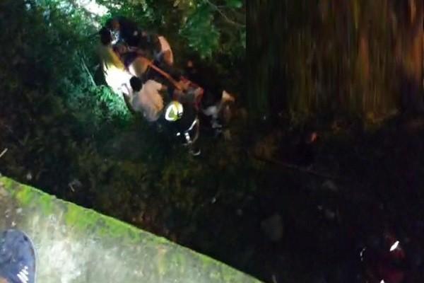 Rescatan mujer que se lanzó de un puente en Garzón