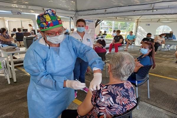 Adultos mayores de 60 años a vacunarse contra el Covid-19