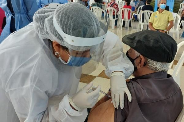 Mayores de 70 años deberán agendarse para la tercera dosis de la vacuna contra el Covid